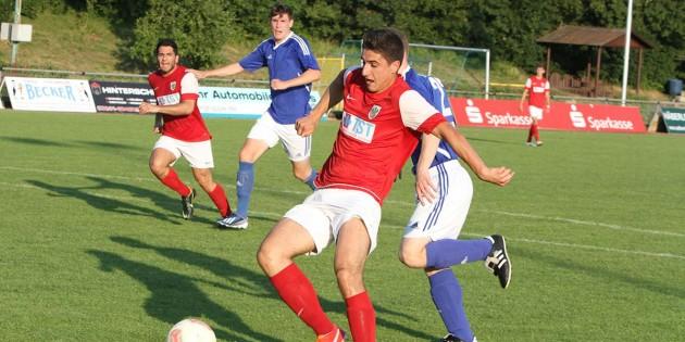 Nach einem Doppelpass hatte Dino Smajlovic freie Bahn und schob das runde Spielgerät zum 4:0 für Wormatias U23 gegen den SV Horchheim ein. Foto: Klaus Diehl