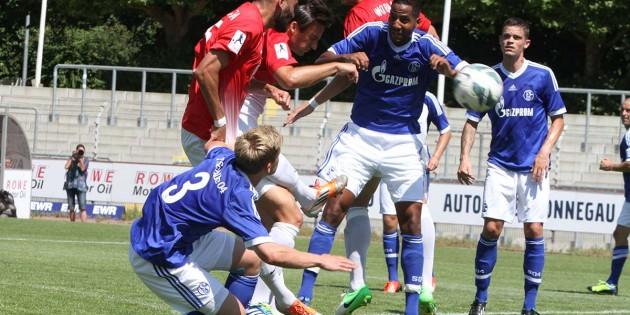 Erdal Celik (links) bugsiert den Ball nach einer Ecke von Kevin Wölk per Kopf zur 1:0-Führung für seinen neuen Verein VfR Wormatia gegen den FCSchalke 04 in das Gästetor. Foto: Klaus Diehl