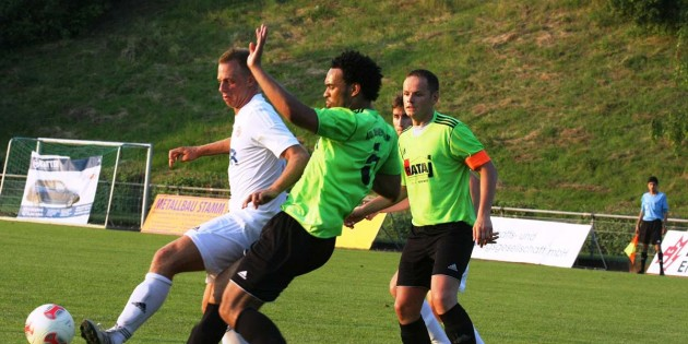 Zu ungestüm geht Simon Bekoe (rechts) in den Zweikampf mit dem Pfeddersheimer Angreifer Marcel Veek und verursacht einen Strafstoß, den Björn Miehe zum 2:0 für die TSG verwerten kann. Foto: Klaus Diehl