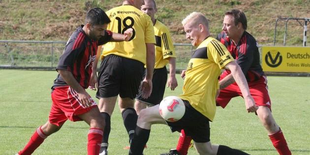 Packende Zweikämpfe bestimmten die Partie der Wormser Kickers gegen TuS Wiesoppenheim: In dieser Szene zwischen Umut Sergin und dem TuS-Spieler Maurice Rolvien.