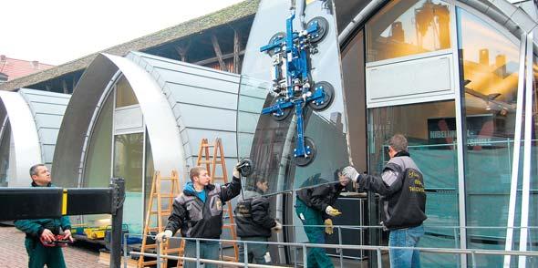 Maßarbeit auch mit den größten Scheiben: das Team der Glaserei Wollentin beim Einbau der Scheiben am Nibelungen Museum.