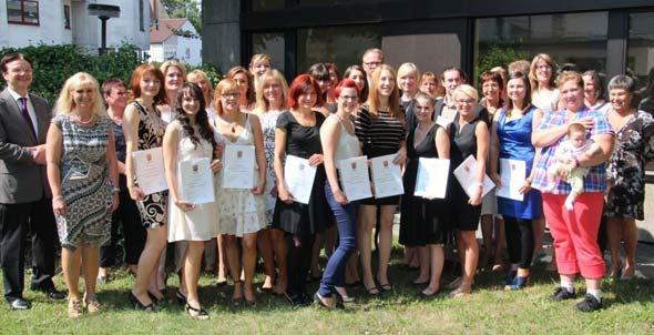 AGAPLESION Pflegeschulen am Hochstift: Schul- und Krankenhausleitung gratulieren den 17 Gesundheits- und KrankenpflegeschülerInnen zum bestandenen Examen.
