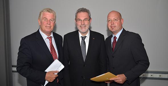Michael Müller (rechts) wird neuer Bürgermeister von Bogen-Roxheim. Hier auf einem Foto mit OB Michael Kissel (links) aus Worms sowie dem Chef der Mainzer Arbeitsagentur Jürgen Czupalla. Foto: Gernot Kirch