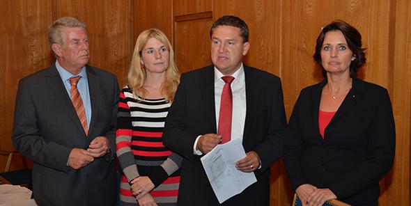Mit versteinerter Miene nehmen die Sozialdemokraten das Endergebnis entgegen. Von links: OB Michael Kissel, Verena und Marcus Held sowie Kathrin Ankam-Trapp. Foto: Gernot Kirch
