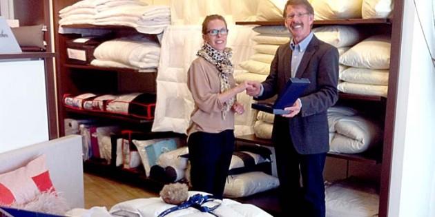 Steffi und Thomas Curschmann bieten in ihrem Fachgeschäft Betten Lang in Frankenthal exklusiv die hochwertige, leichte und wärmende Eiderdaunendecke. Foto: privat