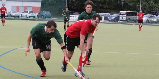 Im Clinch mit der Hanauer Abwehr flog Markus Gassem die Hockeykugel fast an den Kopf. Eigentlich gefährliches Spiel im Gästestrafraum, doch der Schiedsrichter pfiff nicht. Foto: Klaus Diehl
