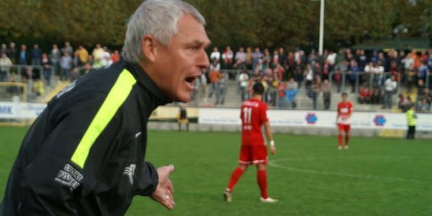 Verpatzte Heimpremiere: Wormatia-Trainer Hans-Jürgen Boysen ist um seinen Job nicht zu beneiden. In dieser Szene reklamiert Boysen vergeblich ein Foulspiel, dass der Führung der Mannheimer vorausgegangen war. Foto: Steffen Heumann