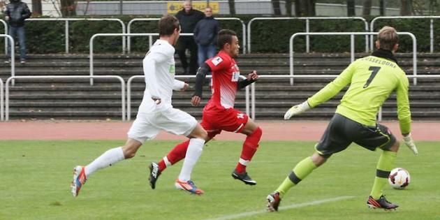 Der sehr agile Johnathan Zinram, der sich in dieser Szene den Ball leider etwas zu weit vorlegte, traf in der 16. Minute per Kopf nur den Pfosten des Düsseldorfer Tores. Foto: Klaus Diehl