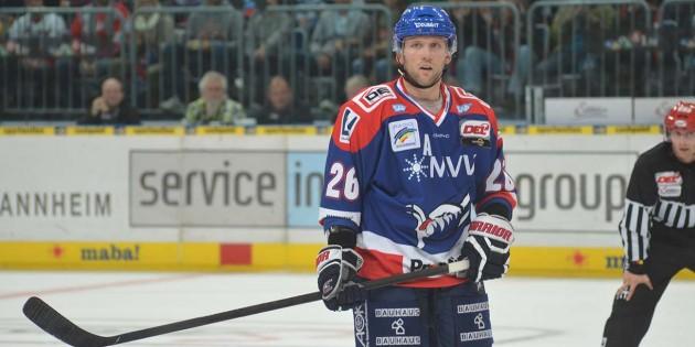 Jame Sifers erzielte in Schwenningen den Treffer zur zwischenzeitlichen 2:1-Führung für die Adler.  Foto: Gernot Kirch