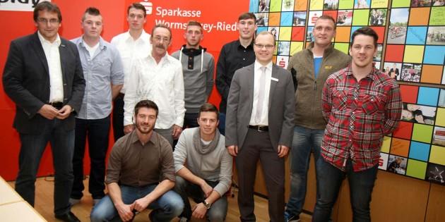 Die Vertreter der ausgezeichneten Vereine aus dem ehemaligen Fußballkreis Worms mit Sparkassen-Vorstandsvertreter Sven Löber (3. von rechts), sowie dem Fußball-Kreisvorsitzenden Lothar Renz (links). Foto: Klaus Diehl