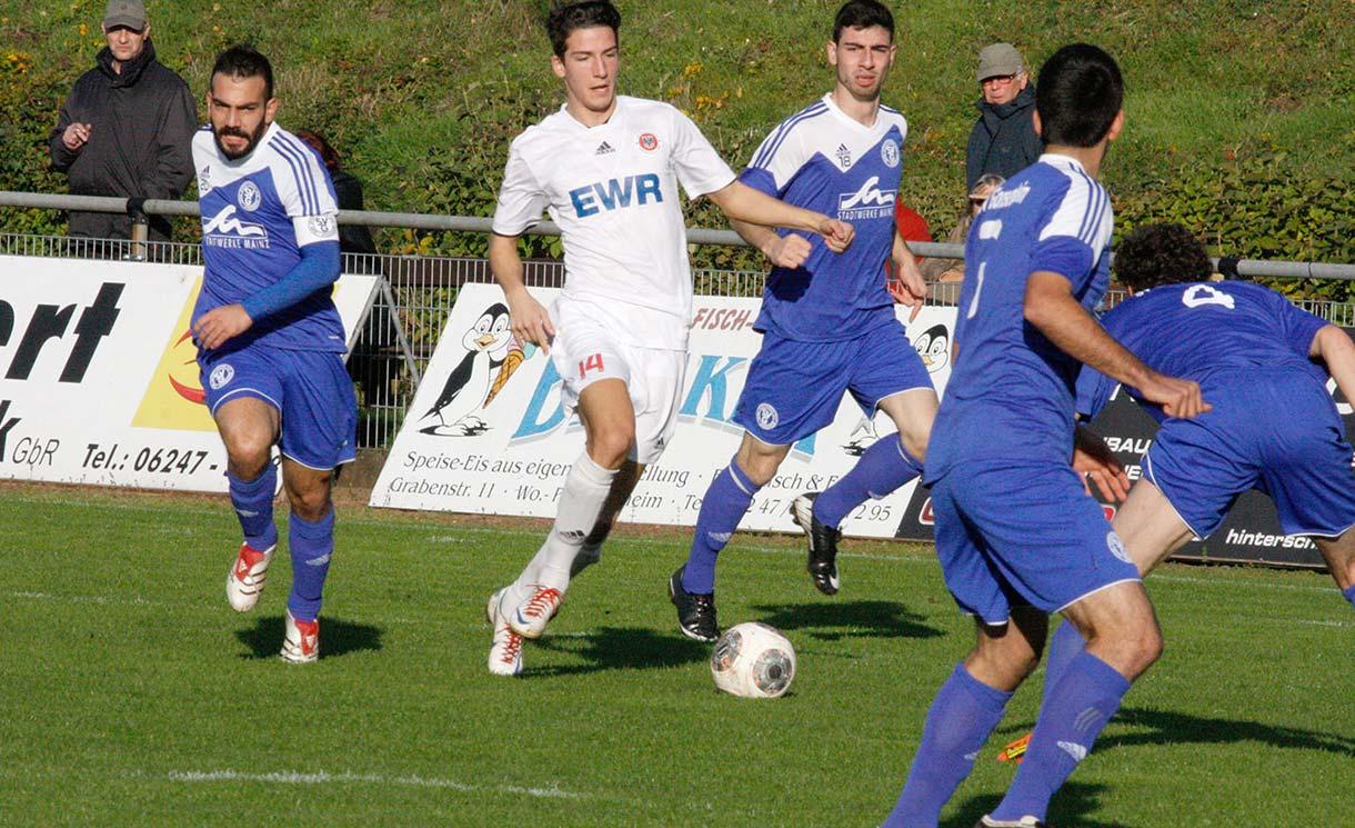 Gleich vier Gonsenheimer Gegenspieler versuchen Mathias Tillschneider auszuschalten, was ihnen aber nicht immer gelang. Foto: madi