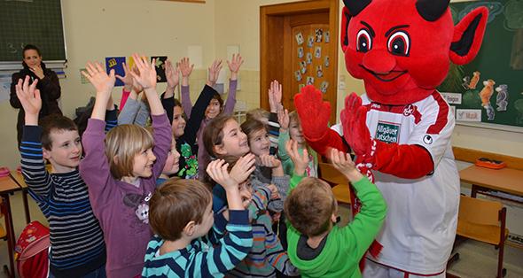 """Maskottchen """"Betzi"""" wurde von den Buben und Mädchen der 1b freudestrahlen begrüßt. Foto: Gernot Kirch"""