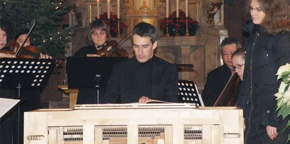 """""""Solo Dei Gloria"""" – Gott allein zum Ruhme – überschrieb Händel sein Konzert für Orgel, zwei Oboen und basso continuo in F-Dur. Dan Zerfaß präsentierte dem Publikum mit seinem innigen Spiel einen seltenen Hör- und Sehgenuss auf einer beweglichen Truhenorgel. Foto: Regina Urbach"""