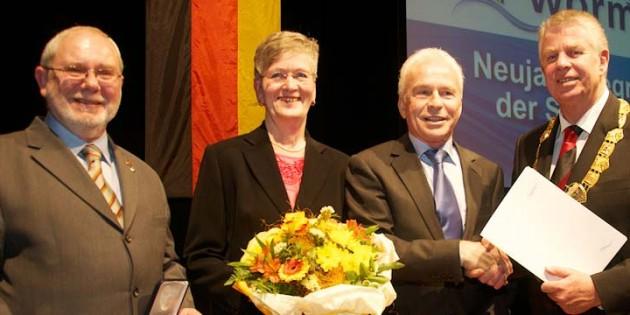 Michael Kissel war es ein sichtliches Bedürfnis, Joachim Decker, Rosemarie Häußler und Heinrich Bock (von rechts) für ihr Engagement auszuzeichnen. Foto: Robert Lehr
