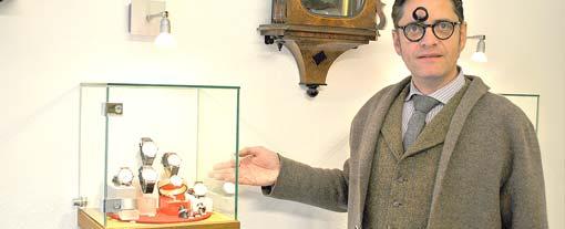Eine der von Meisterhand mit Bedacht, Sorgfalt und NOMOS-Uhren bestückten Vitrinen. Foto: Florian Helfert