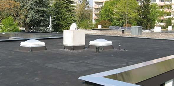 Keth Dachtechnik ist auf Flachdächer spezialisiert – vom einfachen Bungalow- oder Garagendach bis zu komplexeren Industriebauten. Seit 30 Jahren vertrauen Bauherren aus ganz Deutschland auf langlebige Flachdachsanierung und -neubauten von Keth.