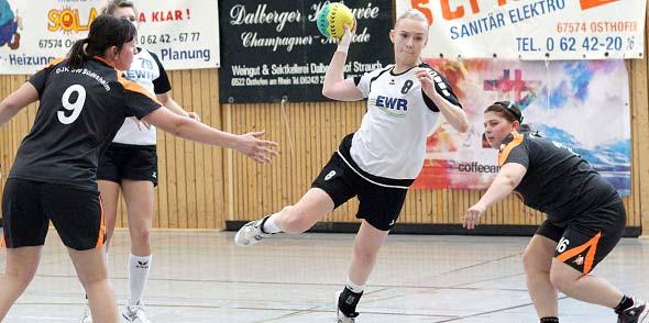 Lisa Wolff, die noch in der A-Jugend der TG Osthofen spielt, zeigte in ihren bisherigen Einsätzen bei den TGO-Damen ihr Talent und eine erstaunliche Unbekümmertheit. Foto: madi
