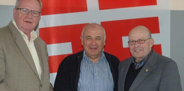 Der scheidende Landeswanderwart Albrecht Langenbach (links) übergibt sein Amt an Georg Deicher (Mitte), sowie Herbert W. Hofmann (rechts), der auch als Wahlleiter gratuliert.