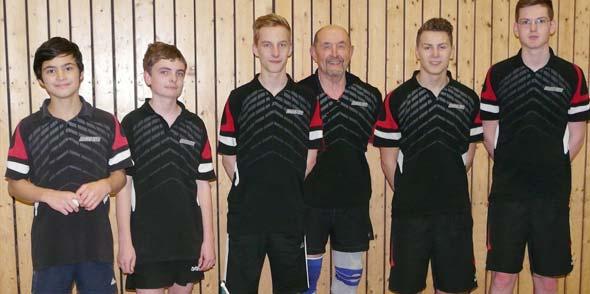 Das Foto zeigt (von links) die Jugendspieler Alexander Hambrecht, Justus Knierim, Artur Schmidt, Betreuer Hans Michels, Eric Fetsch und Michael Ciupa.