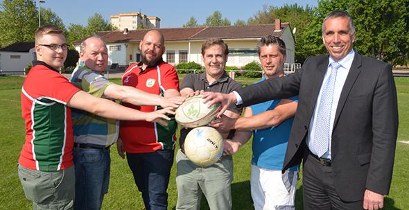 Rugby + Fußball: Vertreter beider Vereine sowie die Verantwortlichen der Stadt besiegelten am Mittwochmorgen die Zusammenarbeit. Foto:  Gernot Kirch
