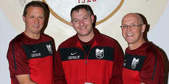Von links: Siegfried Mainka (Spielausschuss), Ronni Jankowski (neuer Trainer) und Bernhard Müller (1. VfR-Vorsitzender) hoffen ab der Saison 2014/2015 auf eine bessere Zukunft der Alsheimer Rasenspieler.