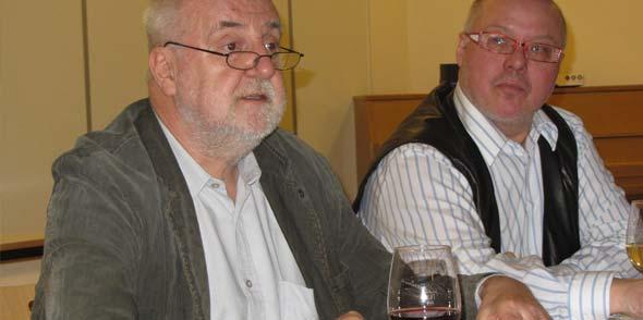 Der Pfarrer Dr. Michael Finzer aus Wallertheim und der Wormser Mundartexperte Hartmut Keil (von rechts) bei der Lesung.