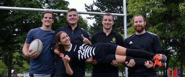 Der Anfang zur Gründung eines Damenteams ist gemacht. Noch wird das weibliche Geschlecht dabei von den Herren auf Händen getragen, doch heißt es ab jetzt: Selbst ist die Frau, auch im Rugby!