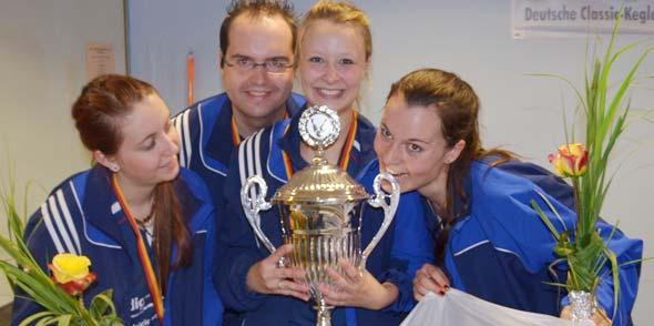 (von links) Jana-Lena Hafke, Trainer Sebastian Klonner, Lea Beitz, Sandra Breyvogel, es fehlt Nina Lipka.
