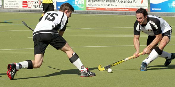 Mit 4 Toren hatte Janis Heyne (r.) einen großen Anteil beim 5:3-Sieg gegen Tabellenführer Vorwärts Frankfurt. Foto: Felix Diehl