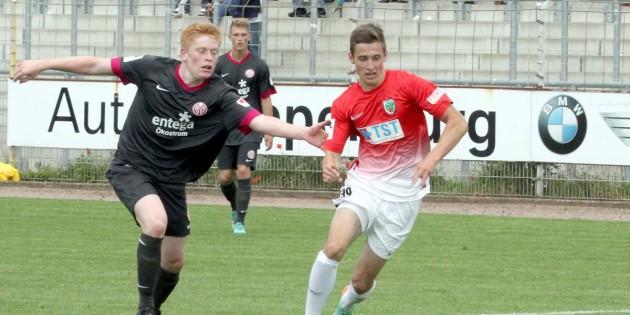Immer einen Schritt schneller am Ball als der Gegner! Das wünschen sich die Wormatia-Fans von neuem Team in der Regionalliga-Saison 2014/15.  Foto: Felix Diehl