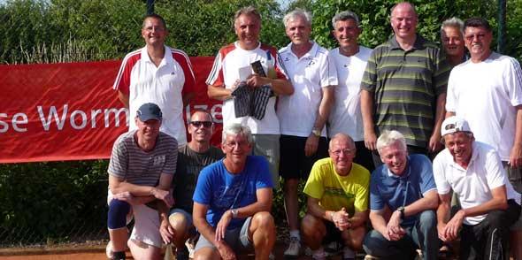 Sieger und Plazierte der Wonnegau Open 2014 Herren 50 vor dem Banner des Hauptsponsors, der Sparkasse Worms-Alzey-Ried.