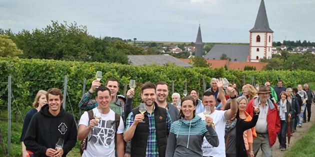 """Beste Stimmung, ausgezeichnete Weine und viel Wissenswertes wartete auf die Teilnehmer der """"Wingertsheisjewanderung"""" im Rahmen des Westhofener Marktes. Foto: Benjamin Kloos"""