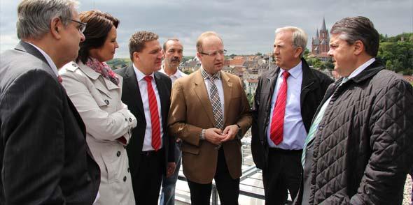 Vizekanzler Sigmar Gabriel im Gespräch mit Marcus Held und EDG-Geschäftsführer Christoph Zeis bei einem Rundgang durch Oppenheim. Foto: Florian Stenner