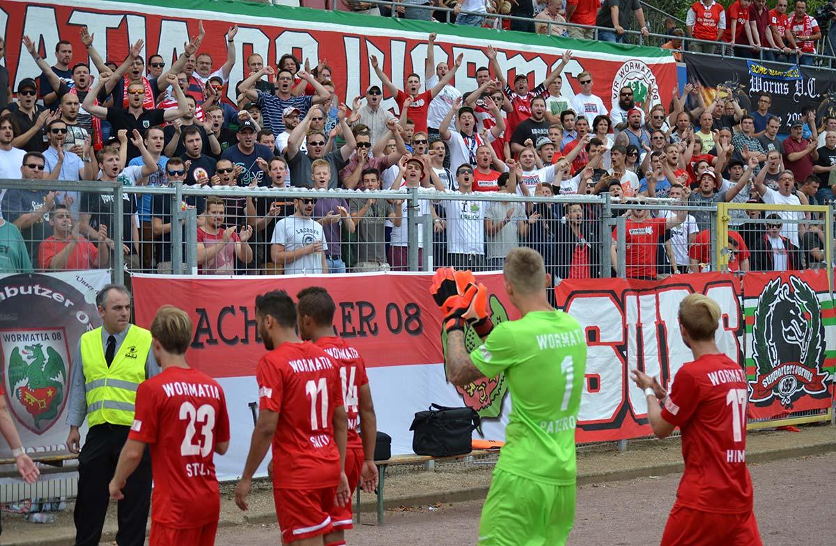 """Für gute Leistungen gibt es auch beim Gang in die Halbzeitpause von den Fans """"Streicheleinheiten"""".  Foto: Steffen Heumann"""