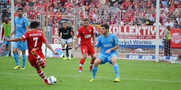 Eugen Gopko nimmt Maß beim Spiel gegen die Offenbacher Kickers im August 2014.  Foto: Steffen Heumann