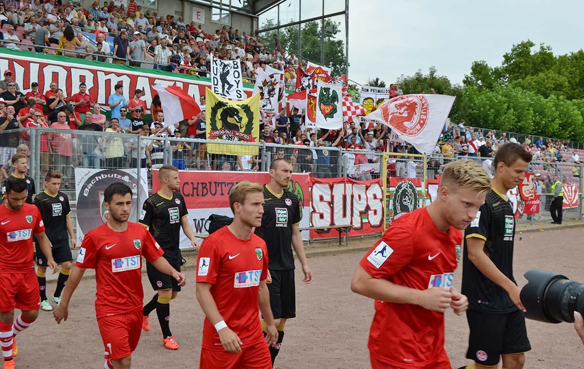 Etwa 1.500 Fans wollten sich den Auftakt in die neuen Regionalliga-Saison am Samstag nicht entgehen lassen. Wormatia hatte dabei mit einem 3:1 gegen Kaiserslauterns Amateure das Nachsehen. Am Mittwoch folgt die schwere Auswärtshürde in Trier (mit einer 1:0-Niederlage in Neckarelz gestartet), ehe die Offenbacher Kickers (2:0-Pleite in Pirmasens) am 10. August in der EWR-Arena zu Gast sind.  Foto: Steffen Heumann