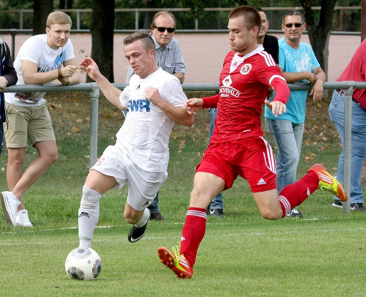 Dennis Seyfert (links) brachte die TSG Pfeddersheim beim 2:0-Sieg bei der SG Betzdorf bereits in der 18. Minute auf Siegkurs. Archivfoto: madi