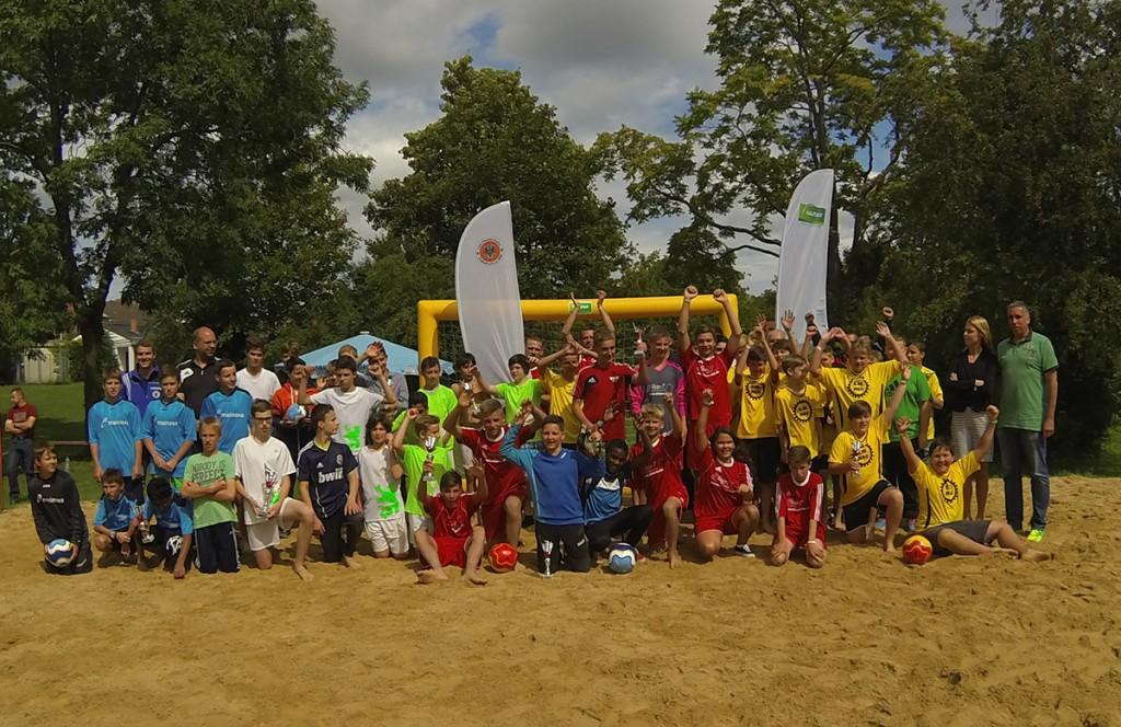 """Riesenstimmung bei allen Teilnehmern: Der erste """"Kaufhof-Beachsoccer-Cup"""" war ein voller Erfolg."""