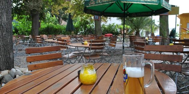 """40 Prozent weniger Umsatz im August: Auch die Biergärten wie hier im Brauhaus """"Zwölf Apostel"""" leiden unter dem kühlen Sommerwetter. Foto: Benjamin Kloos"""