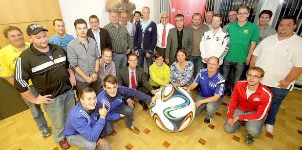 Gruppenbild mit Damen bei der 22. Fair-Play-Ehrung im Fußball durch die Sparkasse Worms-Alzey-Ried. Foto: Sparkasse