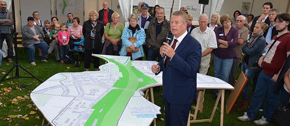 OB Kissel diskutierte vor einer riesigen Karte mit den Bewohnern über die Zukunft des Wormser Nordens. Foto: Gernot Kirch