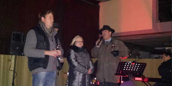von links: Christoph Lösch, Maria Ahl und Ortsvorsteher Hans-Peter Weiler waren sichtlich erfreut über die vielen Abenheimer und Gäste aus dem Umland, die den Weg zur Eröffnung des 7. Adventskalenders im Weingut Klosterhof gefunden hatten.