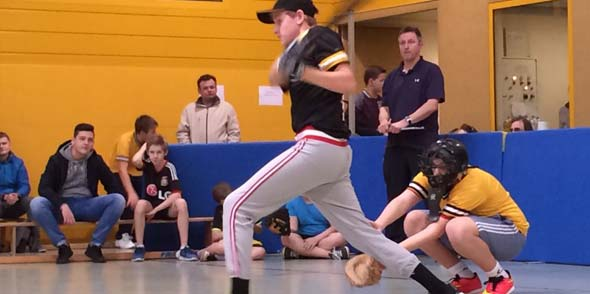 Niclas Grüning war am Erfolg der TG Worms Cannibals Baseball Jugend mit guten Treffern beteiligt.