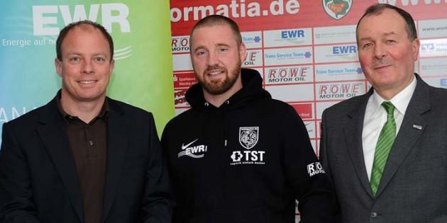 Tim Brauer, Sascha Eller und Helmut Antz (von links) bei der Vertragsverlängerung. Foto: Karin Flesner