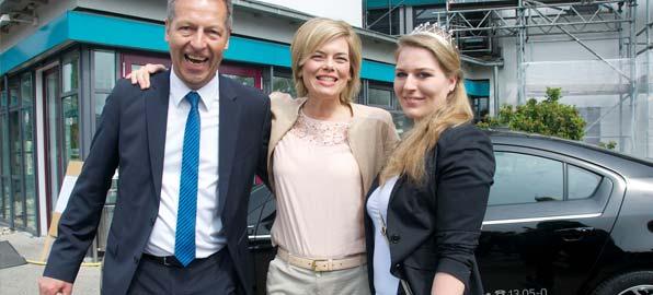 Die Weingräfin des Leiningerlandes Sophie I. mit Julia Klöckner, selbst einst Deutsche Weinkönigin, und Klaus Wagner (von rechts). Foto: Robert Lehr