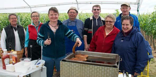Feste Größe bei der Veranstaltung sind die Aktiven des MGV Bockenheim, die auch in diesem Jahr die Radler u.a. mit ihren Saumagenburgern vom Grill stärkten. Foto: Robert Lehr