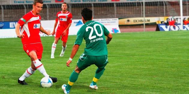 Marco Metzger (links) trug in der Saison 2011/2012 schon einmal das rote Trikot beim VfR Wormatia Worms,  ehe er zum Freiburger SC wechselte. Archivfoto: Klaus Diehl