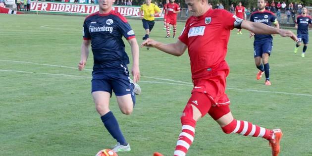 Florian Treske ist auf dem Weg zum 1:0 nicht aufzuhalten.  Foto: Felix Diehl