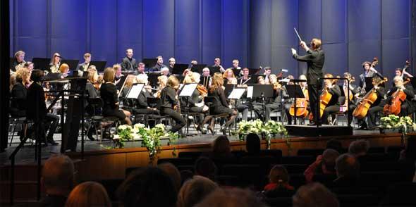 """Beim Benefizkonzert zum Abschied von Reinhard Volz im Januar begeisterte ein eigens für diesen Anlass zusammengestelltes Orchester ehemaliger Schüler und Lehrer der Jugendmusikschule. Die Musikerinnen und Musiker haben sich im Projektorchester """"Sinfonietta Worms"""" zusammengefunden und geben nun ihr erstes gemeinsames Konzert. Für die Zukunft ist geplant, zwei Aufführungen pro Jahr zu veranstalten."""
