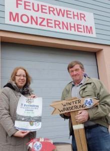 """Anita Babel bekommt die """"Requisiten"""" für die Winterwanderung am 24. Januar von Wilhelm Adam ausgehändigt."""